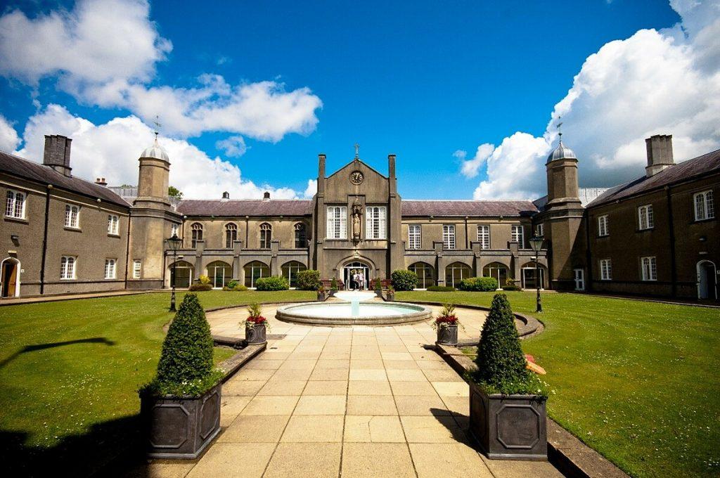 Đại học University of Wales Trinity Saint David là một trong những trường có học phí thấp tại Anh