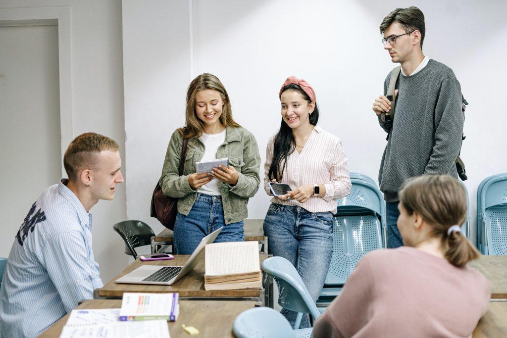 Bước đầu tiên trong quy trình thủ tục du học Canada là chọn trường và ngành học.