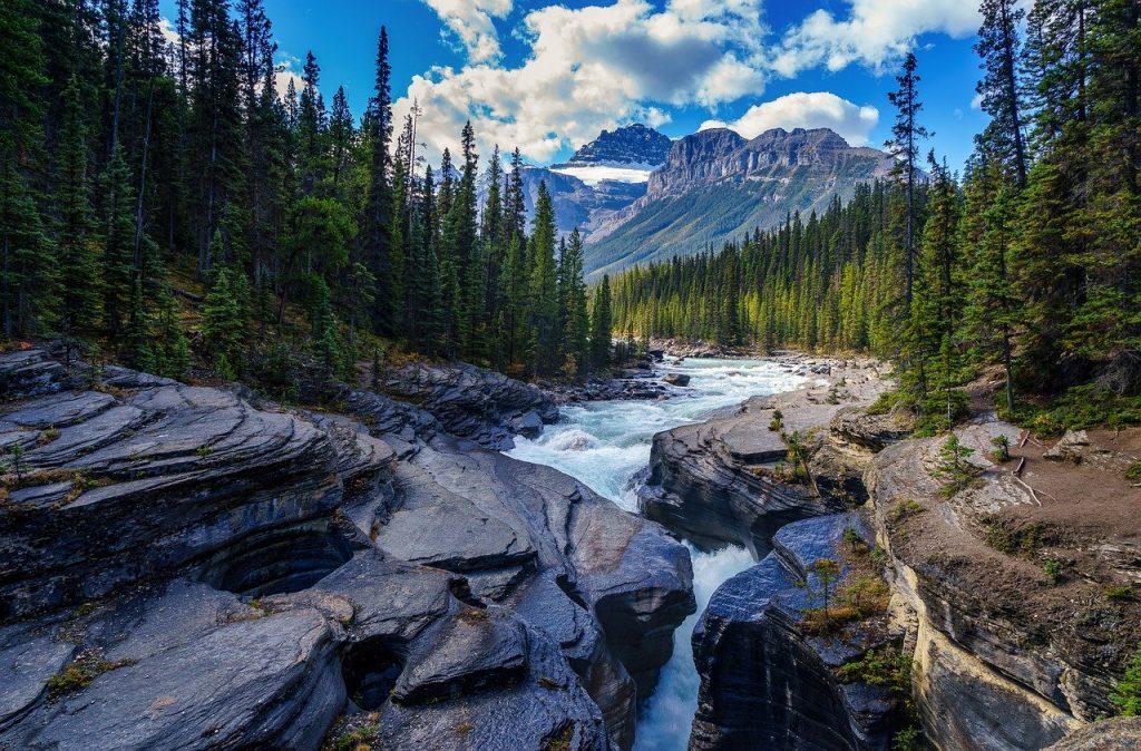 Đất nước Canada nổi tiếng với đa dạng hồ, núi